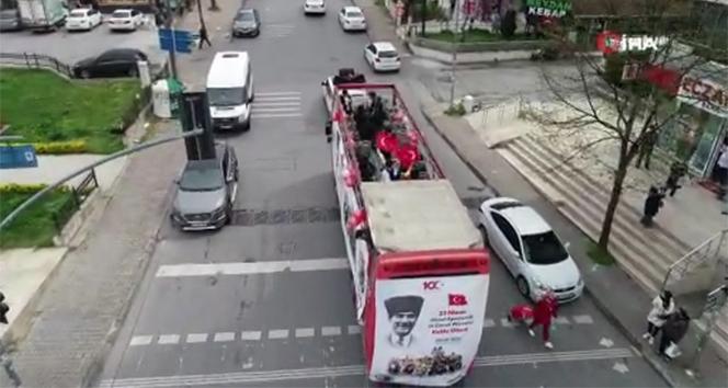 23 Nisan kutlamaları için sokak sokak gezen bando otobüsü havadan görüntülendi