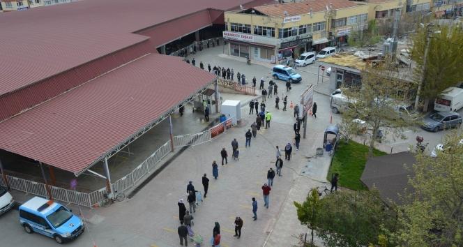 Ramazan ve kısıtlama öncesi pazarda 1 kilometrelik kuyruk